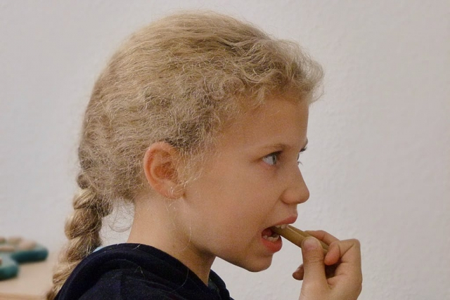 Die Kaunudel fördert die Mundraumwahrnehmung  und verbessert die Zungenlage beim Kauen.